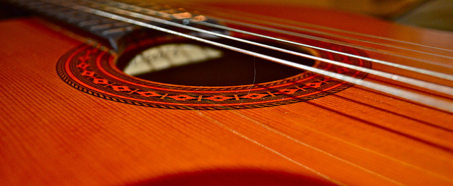 ~ My guitar ~ par pontla. CC BY-NC-ND. Source : Flickr