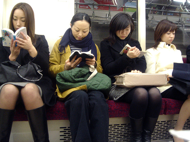 A not unusual Tokyo subway scene par Aurelio Asiain. CC BY-NC-ND. Source : Flickr