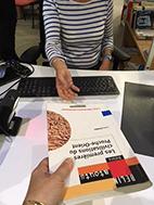 Un usager rendant un livre à une bibliothécaire - Photo bibUT2J CC-BY-SA