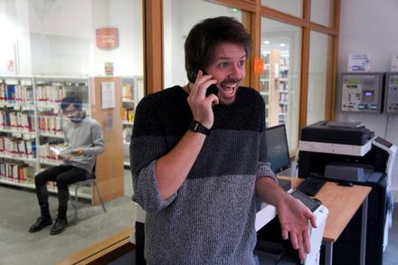 image d'un étudiant téléphonant