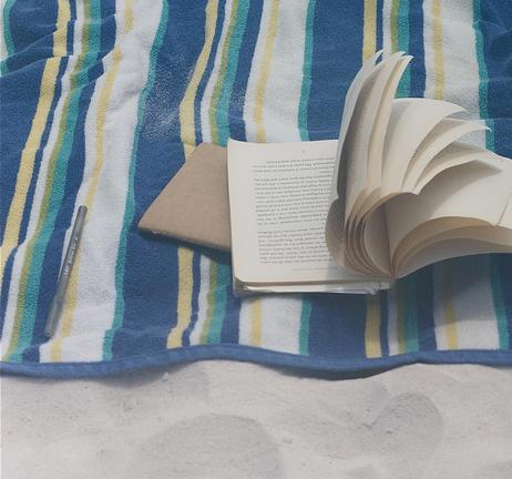 Windy by chintermeyer CC-BY-SA Source Flickr (un livre ouvert sur une serviette de plage)
